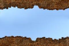 Fondo del cielo azul de la pared de ladrillo Foto de archivo