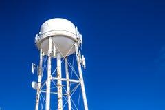 Fondo del cielo azul de Rusty Water Tower Tank Against imagen de archivo