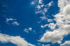 Fondo del cielo azul y de las nubes Imágenes de archivo libres de regalías