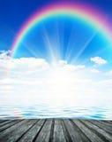 Fondo del cielo blu con l'arcobaleno Fotografie Stock Libere da Diritti