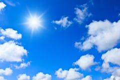 Fondo del cielo blu con le nuvole bianche Fotografia Stock Libera da Diritti