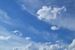 Fondo del cielo blu con le nuvole bianche magiche Fotografie Stock Libere da Diritti