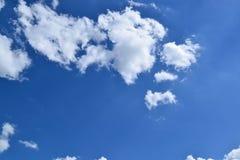 Fondo del cielo blu con le nuvole bianche magiche Fotografia Stock