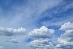 Fondo del cielo blu con le nuvole bianche magiche Immagini Stock