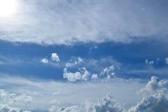 Fondo del cielo blu con le nuvole bianche magiche Fotografie Stock