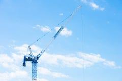 Fondo del cielo blu della gru di costruzione Immagine Stock