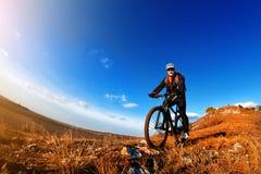 Fondo del cielo blu e del mountain bike Fotografato su un fish-eye Fotografie Stock Libere da Diritti