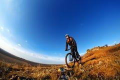 Fondo del cielo blu e del mountain bike Fotografato su un fish-eye Fotografie Stock
