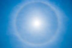 Fondo del cielo con l'alone della circolare del sole Immagini Stock