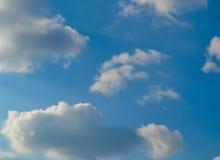 Fondo del cielo, de las nubes, azul y blanco de la imagen Fotos de archivo