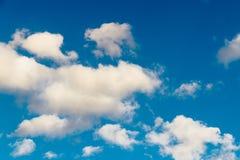 Fondo del cielo della radura di luce solare di estate immagine stock
