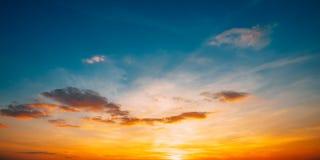 Fondo del cielo di alba di tramonto Cielo drammatico luminoso nel giallo, o fotografia stock libera da diritti