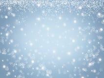 Fondo del cielo di inverno di Natale con i fiocchi di neve e le stelle di cristallo Immagine Stock