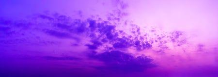 Fondo del cielo e delle nuvole porpora crepuscolari di panorama immagini stock libere da diritti