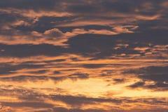 Fondo del cielo nublado por mañana antes de la salida del sol Imágenes de archivo libres de regalías