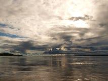 Fondo del cielo sobre el río del Amazonas Fotografía de archivo libre de regalías