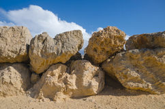 Fondo del cielo y de la pared de piedra Imagen de archivo