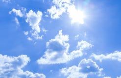 Fondo del cielo y rayos naturales de la radiación en un cielo azul con las nubes Eso conveniente para el fondo, contexto, papel p fotografía de archivo libre de regalías