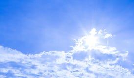 Fondo del cielo y rayos naturales de la radiación en un cielo azul con las nubes Eso conveniente para el fondo, contexto, papel p Fotos de archivo libres de regalías