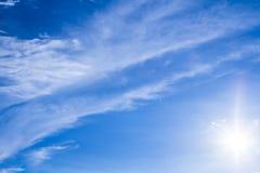 Fondo del cielo y rayos naturales de la radiación en un cielo azul con las nubes Eso conveniente para el fondo, contexto, papel p Imagen de archivo