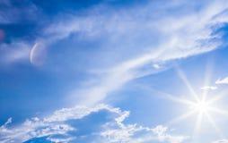 Fondo del cielo y rayos naturales de la radiación en un cielo azul con las nubes Eso conveniente para el fondo, contexto, papel p Imágenes de archivo libres de regalías