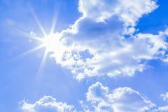Fondo del cielo y rayos naturales de la radiación en un cielo azul con las nubes Eso conveniente para el fondo, contexto, papel p Imagenes de archivo