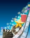 Fondo del cinema con la striscia di pellicola, stella dorata, tazza, ciac Fotografia Stock Libera da Diritti