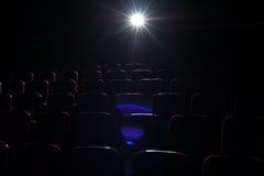 Fondo del cinema, sedili rossi nel corridoio del cinema Immagini Stock Libere da Diritti