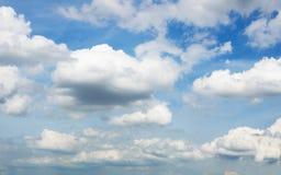 Fondo del clound e del cielo blu fotografia stock libera da diritti