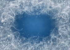 Fondo del color azul con los copos de nieve y los modelos escarchados Foto de archivo