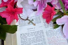 Fondo del comedor con el evangelio y la cruz Fotos de archivo libres de regalías