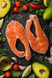 Fondo del concepto de la comida Filetes de color salmón crudos frescos con el ingrediente foto de archivo