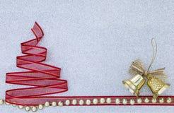 Fondo del concepto de la Navidad de la campana de oro y del árbol de navidad rojo de la cinta Fotografía de archivo libre de regalías