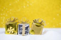 Fondo del concepto de la Navidad, reno de madera con la caja de regalo y cono del pino sobre bokeh borroso Foto de archivo libre de regalías
