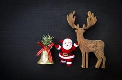 Fondo del concepto de la Navidad, reno de madera con Papá Noel Fotos de archivo libres de regalías