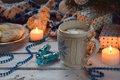 Fondo del concepto de la Navidad y de la celebración del día de fiesta del Año Nuevo Taza de cacao con la melcocha, la galleta he Imagen de archivo libre de regalías