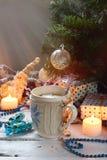 Fondo del concepto de la Navidad y de la celebración del día de fiesta del Año Nuevo Taza de cacao con la melcocha, la galleta he Fotos de archivo