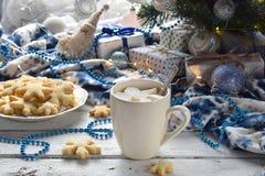 Fondo del concepto de la Navidad y de la celebración del día de fiesta del Año Nuevo Taza de cacao con la melcocha, la galleta he Fotos de archivo libres de regalías