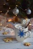 Fondo del concepto de la Navidad y de la celebración del día de fiesta del Año Nuevo Taza de cacao con la melcocha, la galleta he Foto de archivo libre de regalías