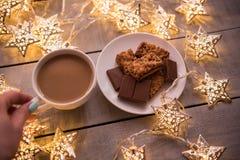 Fondo del concepto de la Navidad y de la celebración del día de fiesta del Año Nuevo Taza de café, de galleta hecha en casa y de  Fotos de archivo