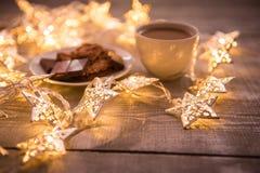 Fondo del concepto de la Navidad y de la celebración del día de fiesta del Año Nuevo Taza de café, de galleta hecha en casa y de  Imagen de archivo libre de regalías