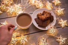 Fondo del concepto de la Navidad y de la celebración del día de fiesta del Año Nuevo Taza de café, de galleta hecha en casa y de  Foto de archivo libre de regalías