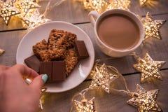 Fondo del concepto de la Navidad y de la celebración del día de fiesta del Año Nuevo Taza de café, de galleta hecha en casa y de  Fotografía de archivo libre de regalías