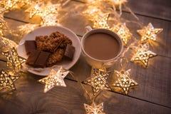 Fondo del concepto de la Navidad y de la celebración del día de fiesta del Año Nuevo Taza de café, de galleta hecha en casa y de  Fotografía de archivo