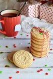 Fondo del concepto de la Navidad y de la celebración del día de fiesta del Año Nuevo Taza de té, galleta hecha en casa de la nuez Fotos de archivo libres de regalías