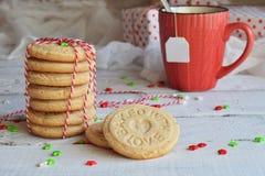 Fondo del concepto de la Navidad y de la celebración del día de fiesta del Año Nuevo Taza de té, galleta hecha en casa de la nuez Fotografía de archivo libre de regalías