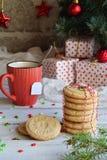 Fondo del concepto de la Navidad y de la celebración del día de fiesta del Año Nuevo Taza de té, galleta hecha en casa de la nuez Imagen de archivo libre de regalías