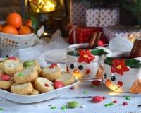 Fondo del concepto de la Navidad y de la celebración del día de fiesta del Año Nuevo Taza de vino reflexionado sobre con las espe Foto de archivo libre de regalías