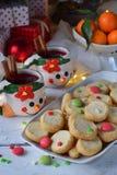Fondo del concepto de la Navidad y de la celebración del día de fiesta del Año Nuevo Taza de vino reflexionado sobre con las espe Imágenes de archivo libres de regalías
