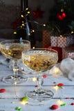 Fondo del concepto de la Navidad y de la celebración del día de fiesta del Año Nuevo Vidrio del champán, decoración del árbol de  Foto de archivo
